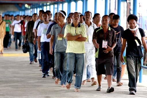 TANJUNGPINANG, 20/8 - DEPORTASI BESAR TKI. Sekelompok Tenaga Kerja Indonesia (TKI) bermasalah dengan sebagian tidak beralas kaki dideportasi dari melalui pelabuhan Sri Bintan Pura, Tanjungpinang, Kepri, Jumat (20/8). Sebanyak  150 orang TKI bermasalah ini dengan rincian laki-laki 113 orang, perempuan 32 orang dan anak-anak 5 orang dideportasi dari Penjara Johor, Malaysia akibat dari surat ijin kerja yang telah habis, bekerja secara ilegal, memasuki Malaysia secara ilegal. Sejak konflik penangkapan nelayan Indonesia - Malaysia itu, dalam semingu ini TKI dideportasi dari Malaysia telah empat kali yang biasanya hanya dua kali. FOTO ANTARA/Feri/ed/pd/10